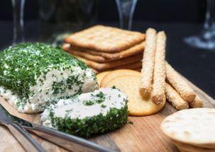 Сливочный сыр с чесноком и травами