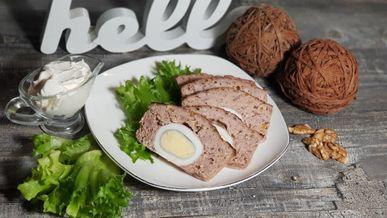 Мясной рулет с перепелиным яйцом