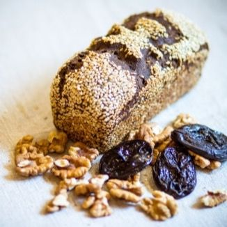 Хлеб с кунжутом, черносливом и грецкими орехами